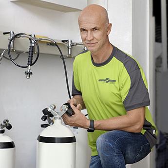Andreas Flitsch beim Flaschen füllen